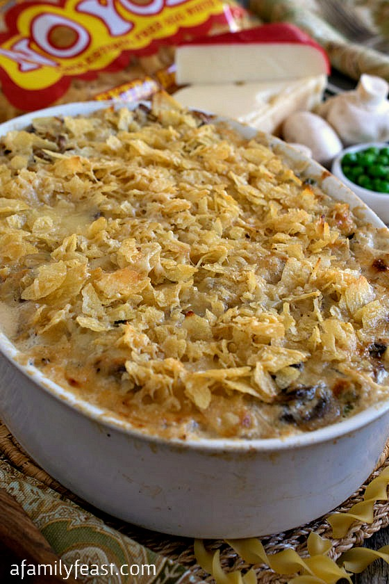Turkey Tetrazzini - Leftover turkey, egg noodles, peas, mushrooms and a decadent cheesy cream sauce. So delicious!